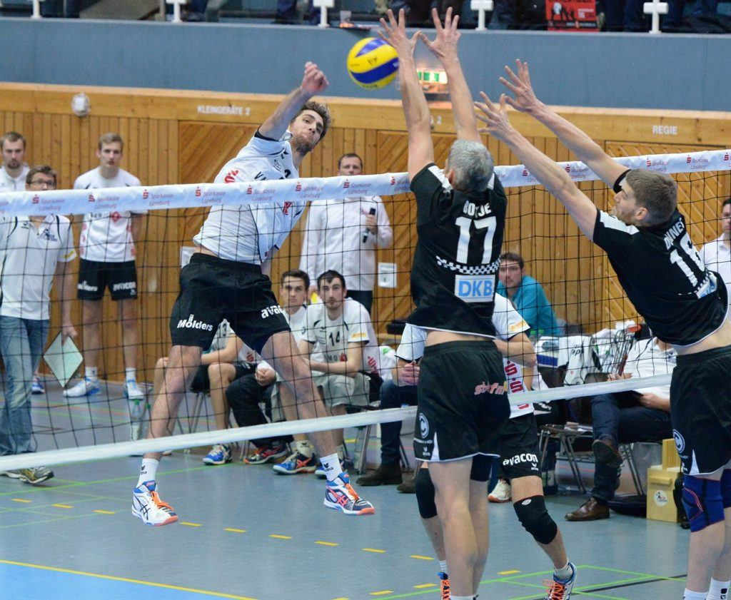 Dünnes blockt Kevorken beim 3:2 Sieg gegen Berlin 2015